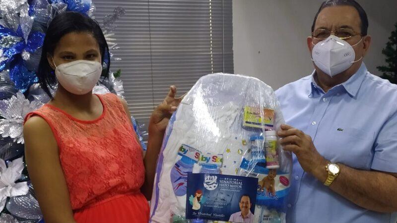 Senador Cristóbal Castillo inicia repartos de 100 canastillas a embarazadas en Hato Mayor