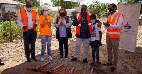 Construirán casa para niño que vivía en un árbol en Azua