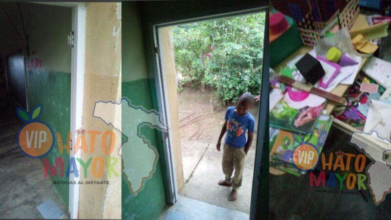 Ladrones penetran a centro educativo cargan con puerta y otros mobiliarios en El Valle de Hato Mayor
