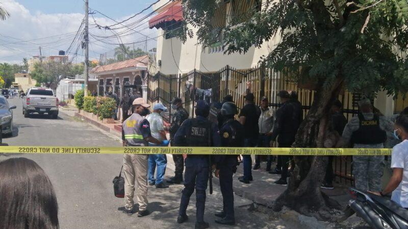 Hombre mata su esposa, hiere hijo de esta y se encuentra atrincherado en la vivienda en Santo Domingo Este