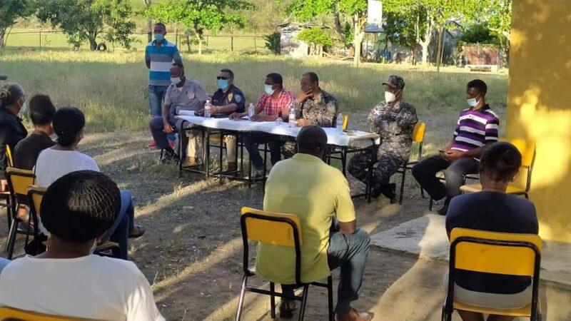 Policía Nacional de Hato Mayor y El Seibo se reúnen con munícipes de Paso Cibao para buscar solución actos delictivos