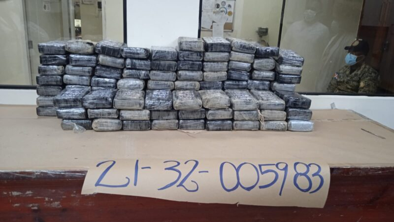 DNCD y MP apresa dos hombres y ocupa 100 paquetes de cocaína en Santo Domingo Este