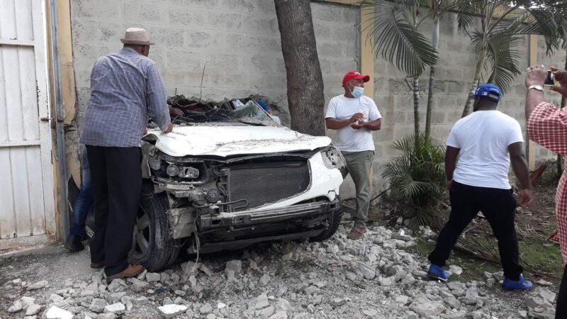 Profesora viva de milagro tras perder el control de jeepeta y chocar con pared del Liceo Técnico César Nicolás Penson en Hato Mayor