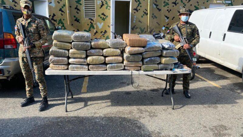 Apresan mayor de la Policía con 63 pacas supuestamente de marihuana