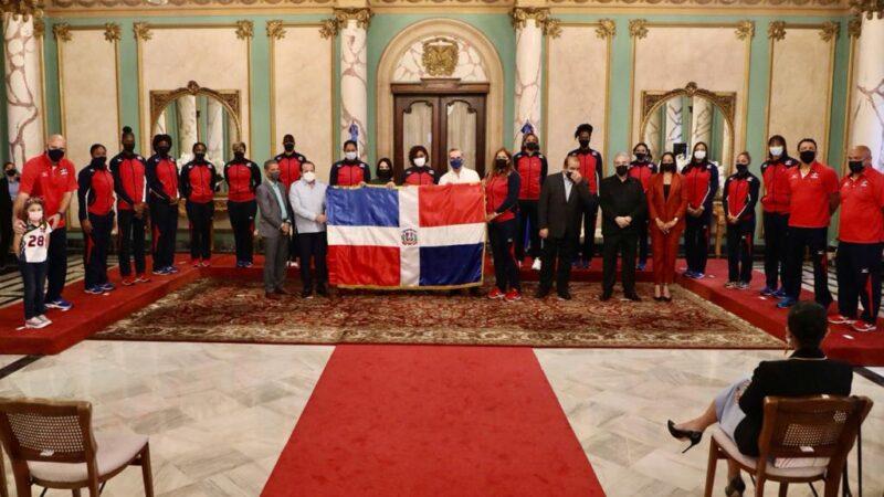 Presidente Abinader entrega bandera nacional a Las Reinas del Caribe