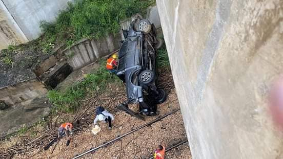 Chofer pierde el control de vehículo cae al vacío en puente de autovía del Coral