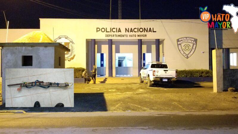 PN quita presunta arma de fabricación casera a enajenado mental transitaba en calles de Hato Mayor del Rey