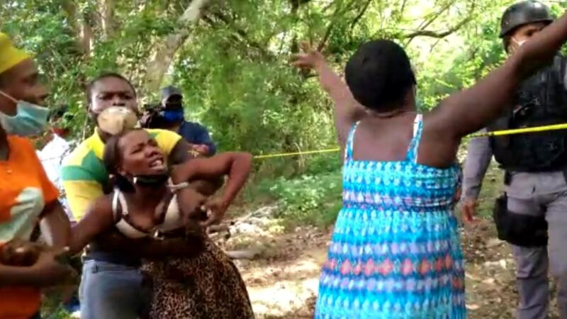 (VIDEO) Encuentran bebe ahorcada en un árbol en Santiago