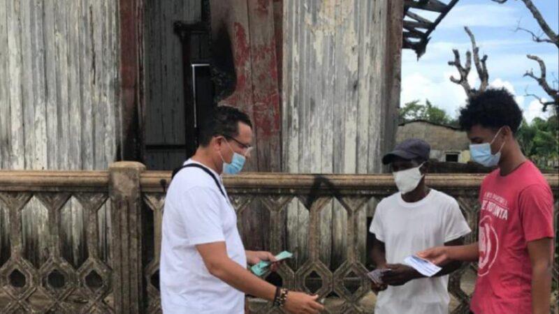 Hombre paga $500 pesos a personas que se vacunan contra el covid-19 en Sabana de la Mar