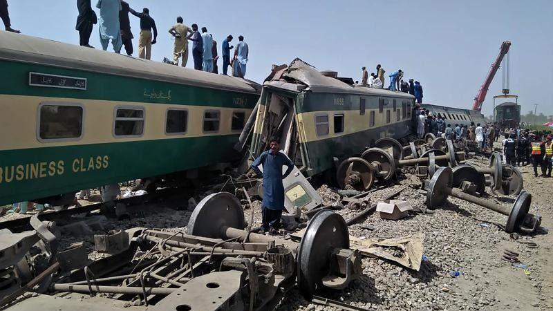 Mueren 40 personas en un choque de trenes en Pakistán