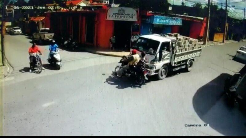 (VIDEO) Wao vivos para contarlo los dos hombres fueron chocados por camión cargado de block en Hato Mayor del Rey