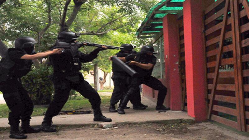 Apresan comerciante y encuentran armas de fuego tras ser allanada su vivienda