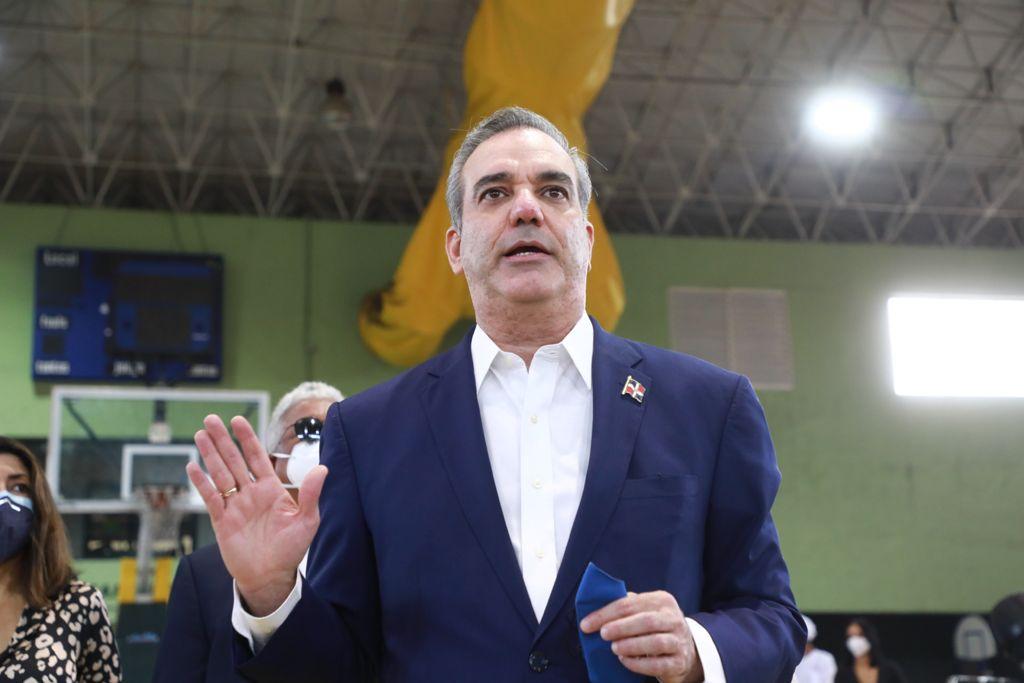 Luis Abinader pide que no se quede ni un dominicano sin vacunar