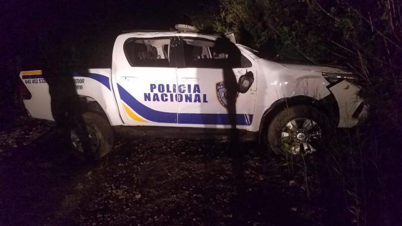 Una persona muerta y cuatro heridos, entre ellos tres policías tras volcarse una unidad policial en Azua