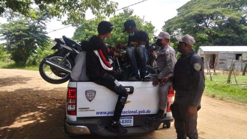 PN incauta drogas, cuchillos, machetes y retiene motocicletas en operativos relámpagos en Mata Palacio de Hato Mayor