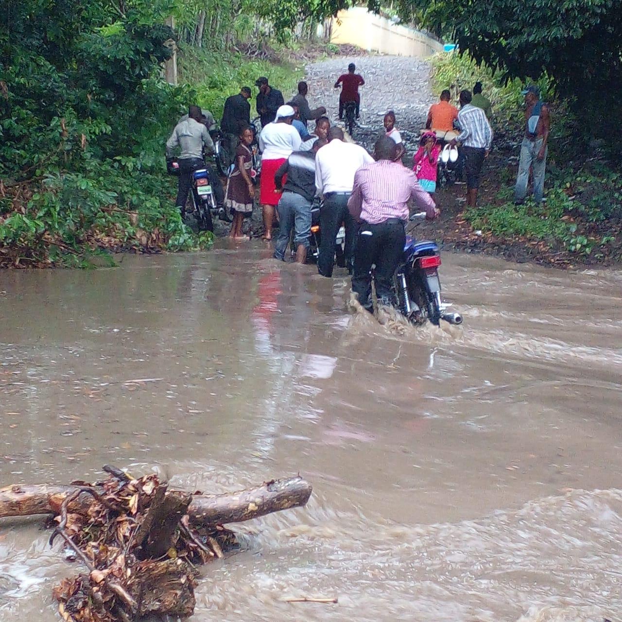 (VIDEO) Aguaceros generan inundaciones, desbordamientos de arroyos y ríos en Hato Mayor