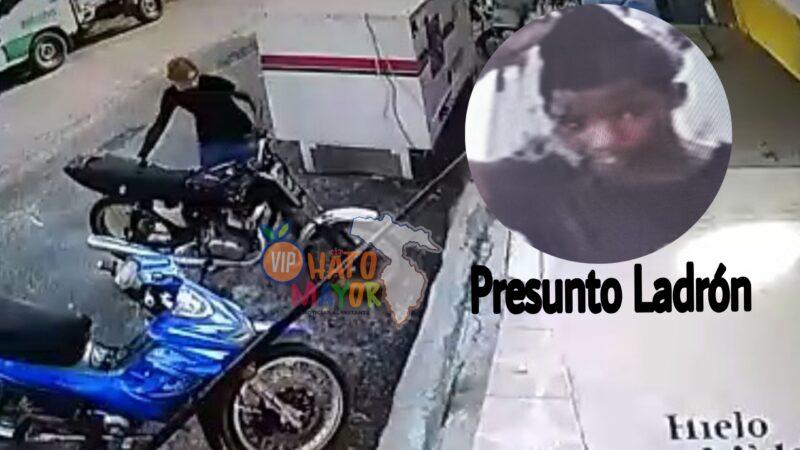 (VIDEO) Ladrón roba motor a empleado de la panadería Acevedo en Hato Mayor