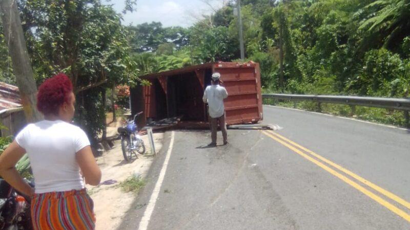 Un muerto y un herido al volcarse camión en la altura del Km/12 de la carretera Miches-El Seibo