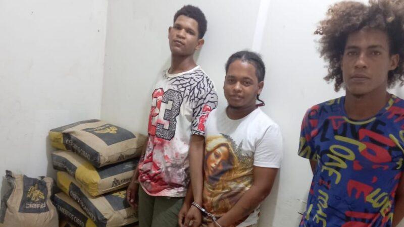 PN apresa cuatro personas, ocupa 67 porciones presunta marihuana y varias fundas cemento gris en Villa Vásquez