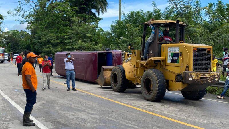 Guagua del transporte público de Sabana de la Mar se accidenta dejando varias personas heridas