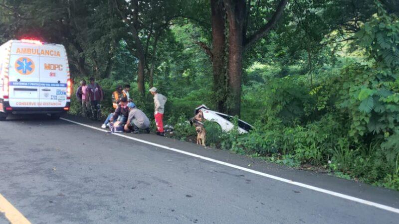Una mujer resultó herida al deslizarse el carro que conducía en la carretera Hato Mayor-San Pedro de Macorís