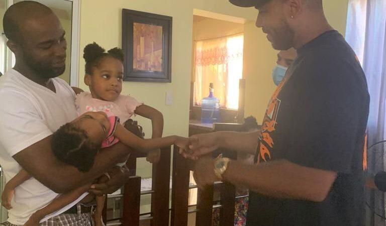 Romeo Santos visita niñas siamesas en San Cristóbal