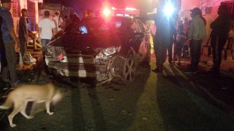 Dos personas resultaron heridas al ser arrolladas por un carro mientras jugaban domino en la acera de un colmado en Hato Mayor