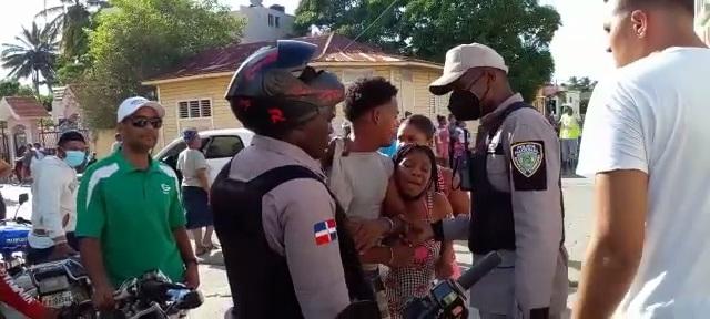 Un policía hiere con casco protector a una mujer embarazada en Sabana de la Mar